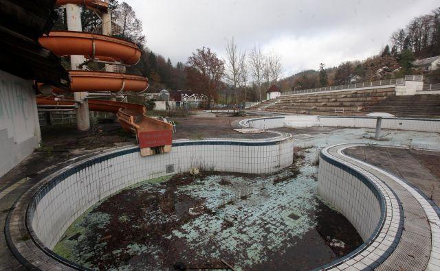 Kompleks je povsem razpadel,zadnja leta ga za airsoft uporabljajo člani hrastniškega društva za šport in rekreacijo Škorpijon. FOTO: Mavric Pivk/Delo