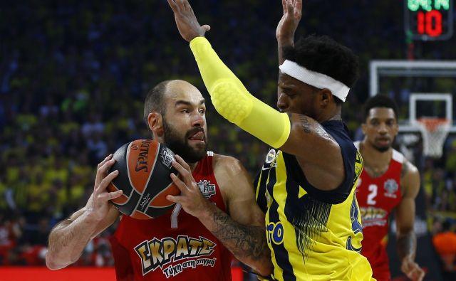 Trikratnemu evropskemu košarkarskemu prvaku Olympiakosu iz Pireja (z žogo Vasilis Spanoulis) grozi izpad v drugo grško ligo. FOTO: Reuters