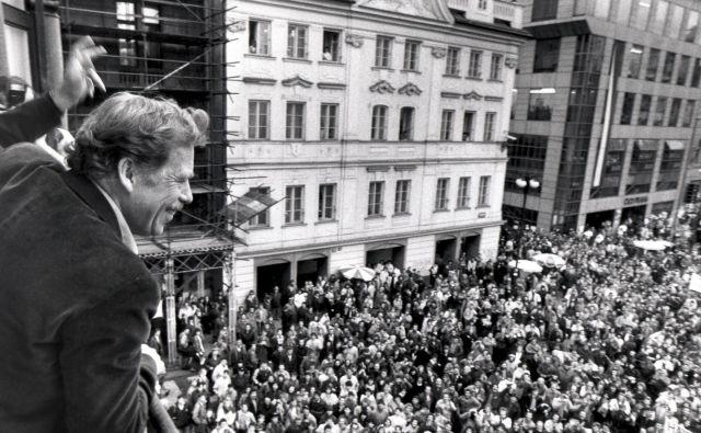 Vaclav Havel, večkratni politični zapornik, je decembra 1989 kot predsedniški kandidat v Pragi pozdravil svoje podpornike. FOTO Reuters