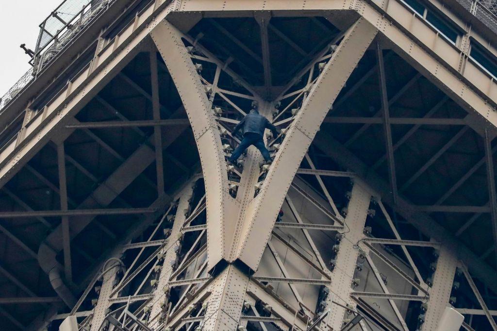 FOTO:Zaradi plezalca evakuirali obiskovalce z Eifflovega stolpa