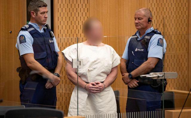 Že pred tem jebil Tarrant obtožen umora in 40 poskusov umora po napadu na dve mošeji v mestu South Island. FOTO: Reuters