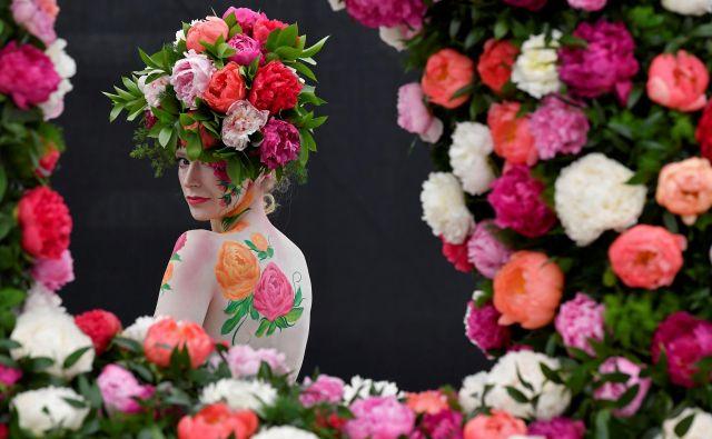 Cvetlični aranžmaji na pokrivalih so na Otoku zelo popularni. Foto Toby Melville Reuters