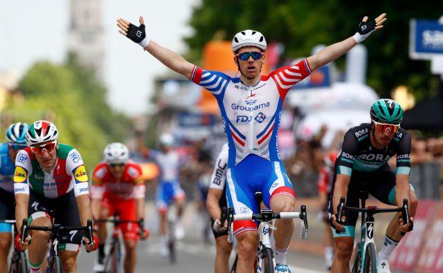 Arnaud Demare je bil tokrat najmočnejši v šprintu, Elia Viviani pa je spet za nekaj centimetrov ostal brez prve zmage na letošnjem Giru. FOTO: AFP