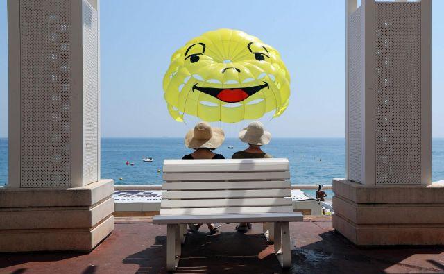 »Jasno, dasrečo vidiš že, ko pogledaš v sonceali ugledaš mavrico,poslušaš ptičje petje.« FOTO: AFP