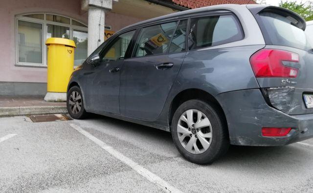 Poškodovano vozilo je prenočilo pred pošto v Stražišču. FOTO: Janez Porenta