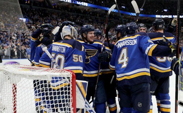 Hokejisti moštva St. Louis Blues so se takole veselili preboja v veliki finale končnice NHL. FOTO: AFP