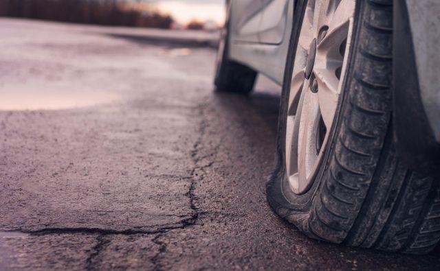 Ko se predre pnevmatika, se pogosto začne pestra in ne vselej tako prijetna zgodba ... FOTO: Shutterstock