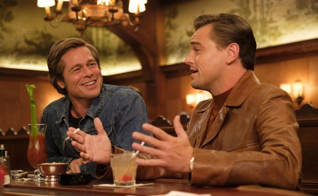 Brad Pitt in Leonardo DiCaprio sta se v filmu prepletla v prepričljiv igralski tandem in svoja lika gradila kot eno osebnost. FOTO: Andrew Cooper