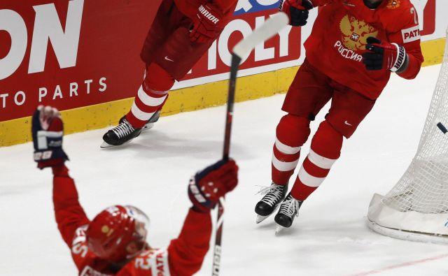 Rusi so se zasluženo veselili po izjemni predstavi v zadnjem kolu skupinskega dela SP proti Švedski. FOTO Reuters