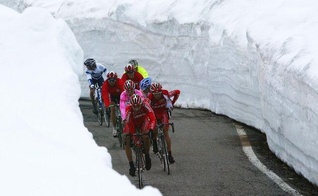 """Zameti na Gavii leta 2004, ko je etapo dobil """"mali princ"""" Damiano Cunego v dresu Saeca, ki je na koncu tudi slavil na Giru. Foto Reuters"""