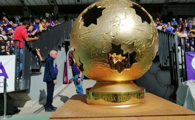 »Zlata žoga« za najboljšega je šla v prave roke, najboljšemu moštvu sezone 2018/19. FOTO: Tadej Regent