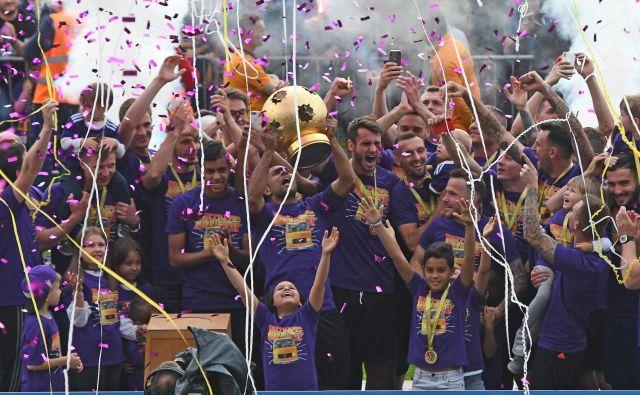 Pokal je šel v prave roke, najboljšim v sezoni 2018/19. FOTO: Tadej Regent/Delo
