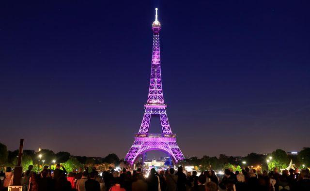 Stolp v čast in spomin pomembnim ljudem ali dogodkom odenejo v različne barve. Tudi ob 130. obletnici žari v vseh barvah. Foto: Reuters