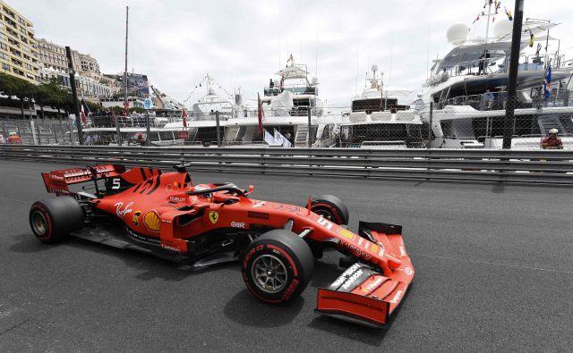 Ferrarijev as Sebastian Vettel si je dal za dirko v Monte Carlu izdelati podobno čelado, kakršno je imel svojčas Niki Lauda. FOTO: AFP