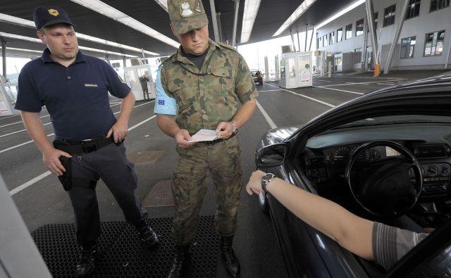 Na zunanjih mejah schengenskega območja policija izvaja poostren nadzor prometa in potnikov. FOTO: Reuters