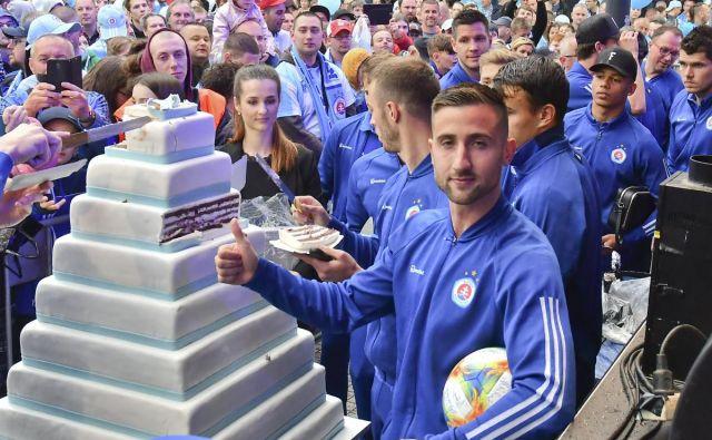 Andraž Šporar je konec prejšnjega tedna zabil dva gola, že prej je takole proslavil naslov prvaka z navijači Slovana. FOTO: Slovan Bratislava