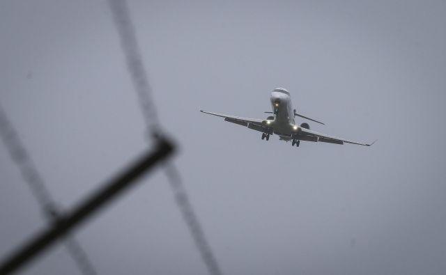 Nadzornik je šel z navidezno eksplozivno napravo v nahrbtniku neovirano mimo rentgena in osebnega pregleda proti letalu za Frankfurt. FOTO: Jože Suhadolnik/Delo
