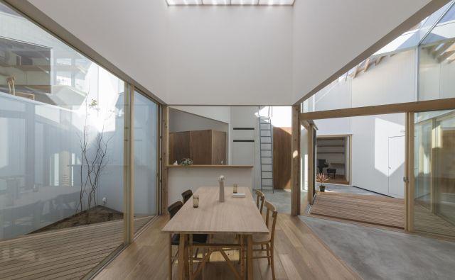 Namesto preprostega pravokotnika si je arhitekt zamislil 12 kvadratov, med seboj povezanih z rombi. FOTO: Tat-o.com