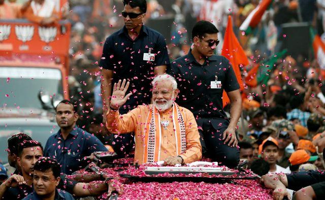 Modi, ki svojo mater hrani s slaščicami, ne živi z ženo, ki mu jo je izbrala družina, in je popolnoma predan iskanju »duše Indije«. FOTO: Reuters