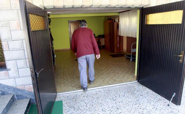 V garažni hiši Jožeta Ahlina v Veliki Stari vasi so lani potekale lokalne volitve, evropske zagotovo ne bodo. FOTO: Roman Šipić/Delo