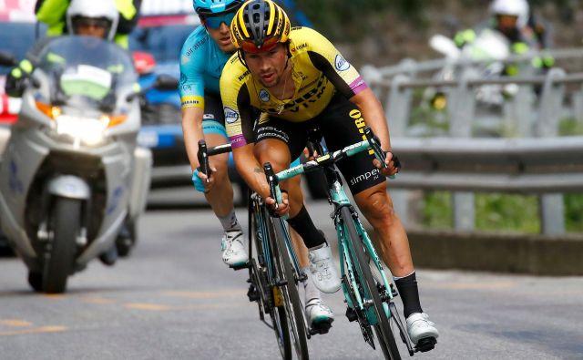 Primož Roglič je bil po padcu opazno načet po nogah in obrazu, toda do konca nedeljske dirke je kolesaril na vso moč. FOTO: AFP