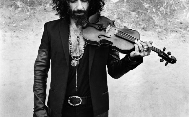 Ara Malikian:Posnel je več kot štirideset albumov, ustanovil lastni orkester in sodeloval pri produkciji številnih umetniških projektov. Na zadnjih dveh turnejah, <em>15 </em>in <em>The Incredible World Tour of Violin</em>, je razprodal najprestižnejša koncertna prizorišča v Londonu, Parizu, Rimu, Moskvi, Buenos Airesu, Ciudadu de Mexicu ... FOTO: Anton Corbijn