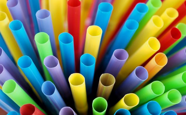 Many tubes or straws for the sale of cold drinks. Foto Thongchai Saisanguanwong Getty Images/istockphoto