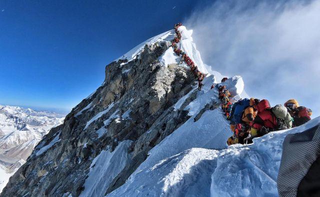 AlpinistNirmal Purja je tako ovekovečil kolono na najvišjo goro sveta. Kar nekaj ur so morali alpinisti 22. maja portpežljivo stopati v vrsti. FOTO:Project Possible / AFP