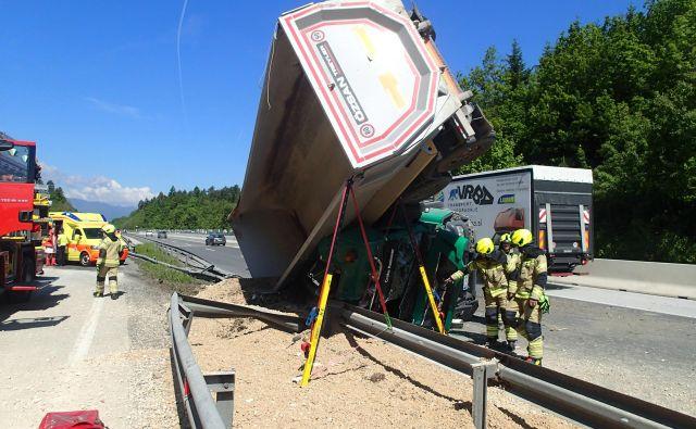 Policisti sumijo, da je bilo vzrok prometne nesreče predrtje pnevmatike tovornjaka. FOTO: Gasilskoo-reševalna služba Kranj