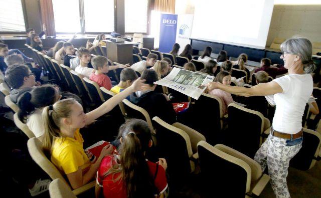 Mladi poročevalci za okolje na izoraževanju na Delu. FOTO: Roman Šipić/Delo