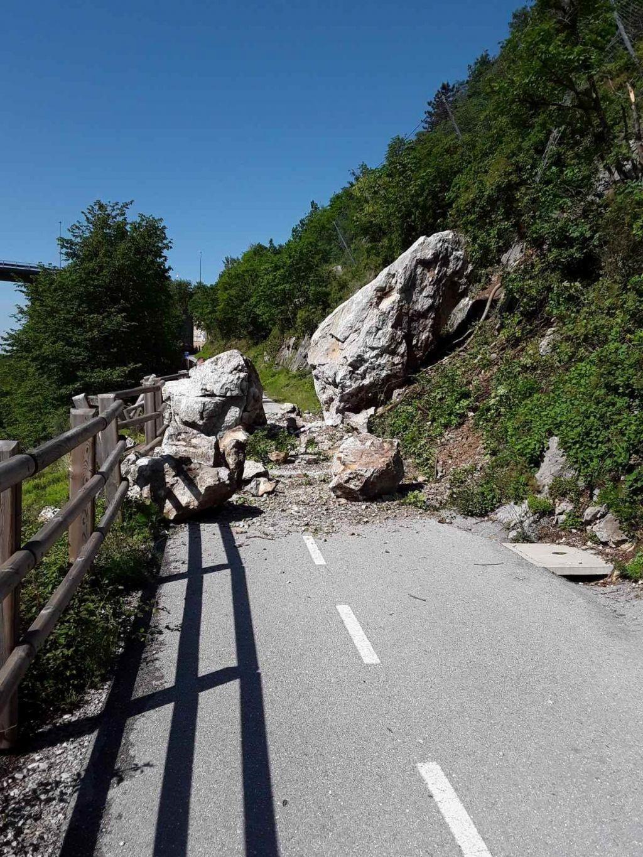 Skalni podor zaprl oblegano kolesarsko cesto
