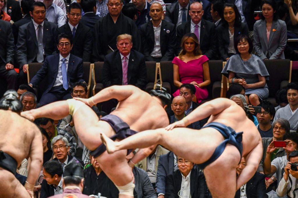 Trump v sumo ringu: prekrižaj noge!