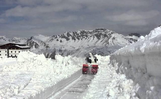 Zaradi snežnih zametov je možnost plazov na Gavii prevelika, da bi karavana lahko varno prečkala sloviti prelaz.