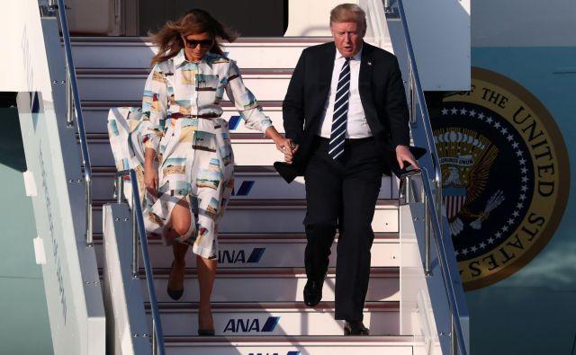 Ameriški predsedniški par ob prihodu na Japonsko. FOTO: Athit Perawongmetha/Reuters