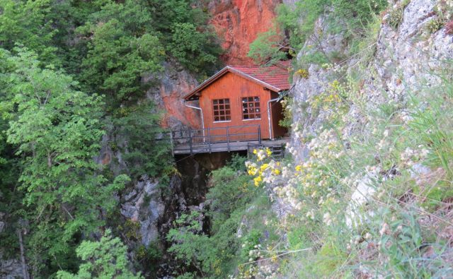 Pot do nekdanje Titove barake je bila zaprta, saj se je pred dvema mesecema zrušilo kamenje na streho lesenjače. FOTO: Bojan Rajšek/Delo