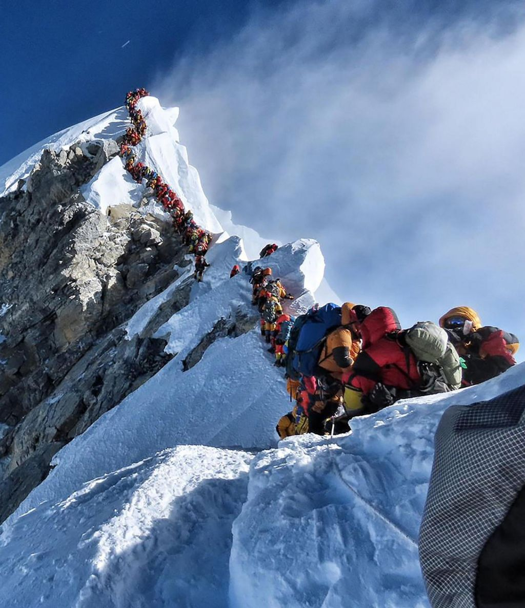 Alpinisti v coni smrti čakajo od 20 minut do ure in pol