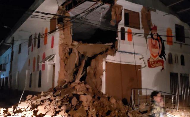 Perujski gasilci so objavili posnetek hiše v Yurimaguasu, ki jo je poškodoval potres. FOTO: AFP.