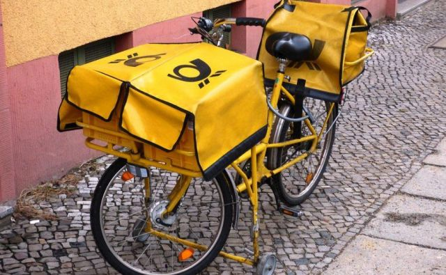 Pošta se s pisem in paketov širi na tovorno logistiko.<br /> Foto Mavric Pivk