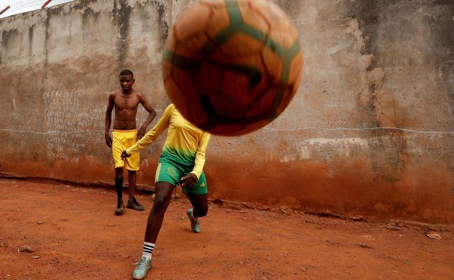 Kamerunka Gaelle Dule Asheri, 17-letna nogometašica, ki je med prvimi valovi deklet, katere usposabljajo profesionalni trenerji na Rails Foot Academy, igra nogomet s svojimi prijatelji pred svojo hišo v Yaoundeju. Asheri ni nikoli obupala kljub močnemu nasprotovanju njene matere, ki se je bala, da bi izgubila hčerko zaradi moške igre. Ko je prvič začela igrati nogomet na umazanih ulicah blizu svojega doma, je bila edina deklica v soseski. »Pobrala sem žogo, jo brcnila in nikoli nisem pogledala nazaj.« FOTO: Zohra Bensemra/Reuters