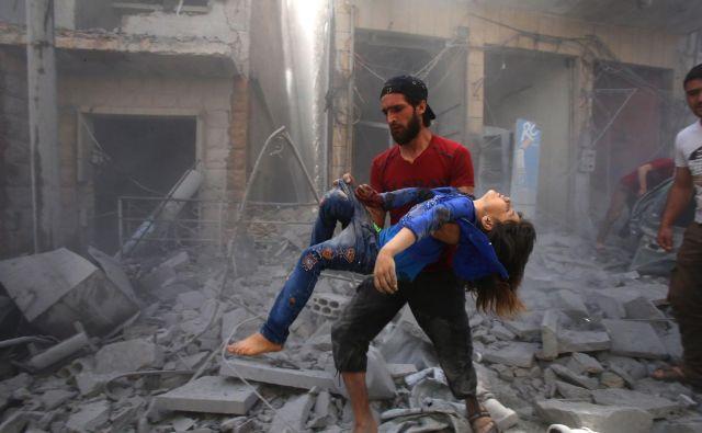 TOPSHOT - Sirec rešuje otroka iz ruševin po bombnem napadu režimskih sil in njihovih zaveznikov v sirskem mestu Maaret Al-Noman v južni pokrajini Idlib, ki je okupirano s strani džihadistov.FOTO: Abd El-aziz Qitaz/AFP