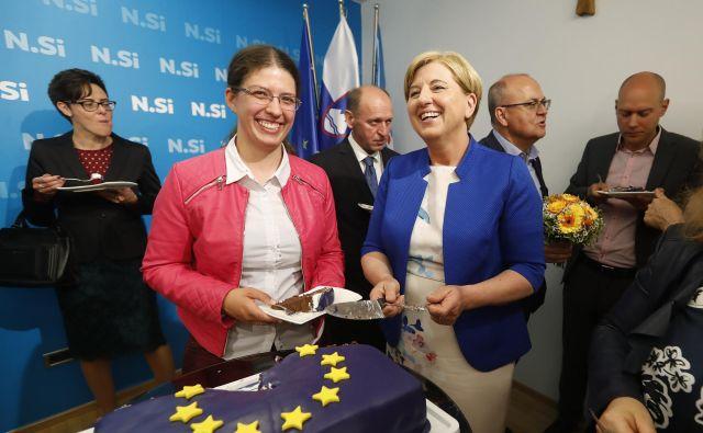 V evropski parlament izvoljena Ljudmila Novak z nadomestno poslanko v slovenskem parlamentu Tadejo Šuštar. FOTO: Leon Vidic/Delo