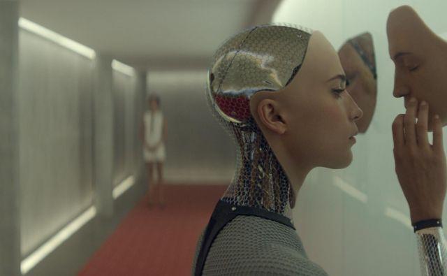 Avtor knjige premišljuje tudi o tem, kakšen bo naš odnos z roboti, kakšno moč bodo nad ljudmi imeli njihovi programerji. Na fotografiji prizor iz filma <em>Ex Machina</em> režiserja Alexa Garlanda.