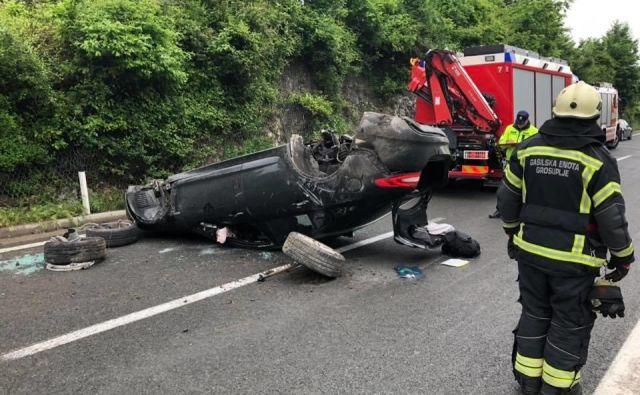 Avtomobil je po nesreči ostal delno na voznem in delno na prehitevalnem pasu.FOTO: PGD Grosuplje
