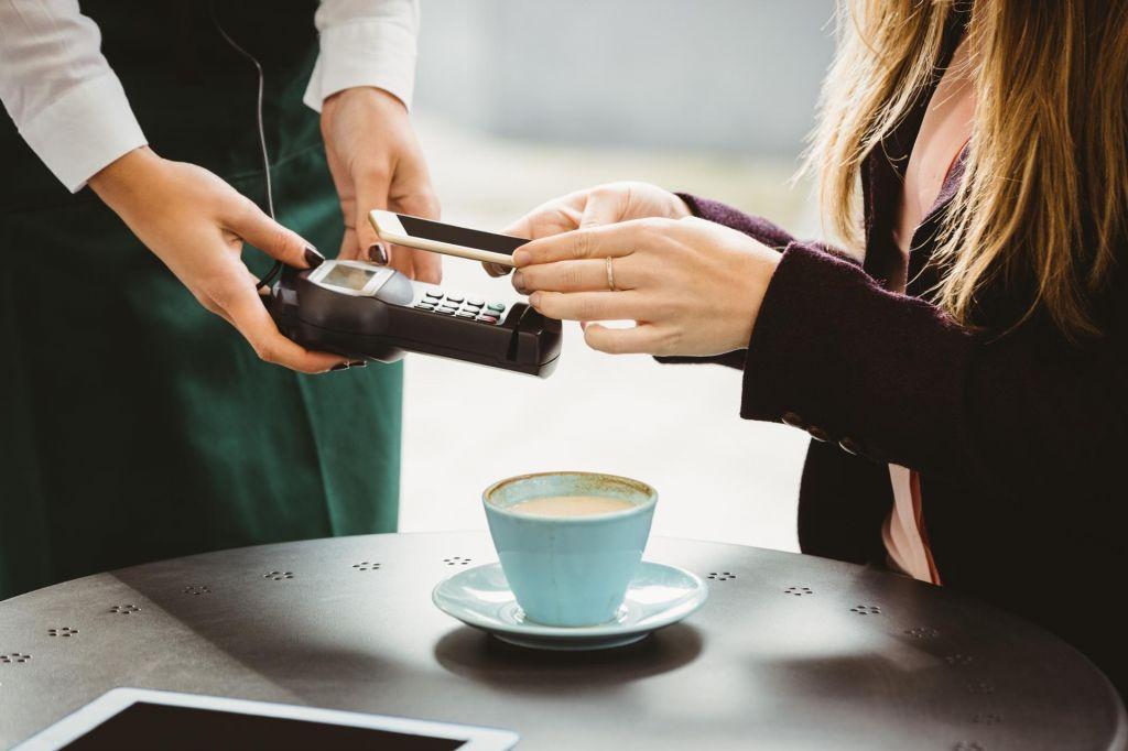 FOTO:Plačevanje z mobilnim telefonom postaja vse bolj popularno