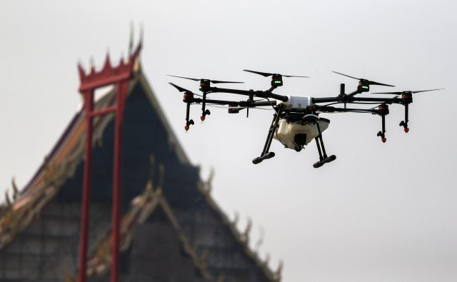 A drone flies and sprays water during an operation to reduce air pollution near the Giant Swing and Wat Suthat in Bangkok, Thailand, January 31, 2019. REUTERS/Athit Perawongmetha - RC1436609E60 Foto Athit Perawongmetha Reuters