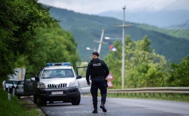 Pripadnik specialnih enot kosovske policije pri kraju Cabra, v bližini kosovske Mitrovice, kjer je danes iste specialne enote izvedla obsežno akcijo, v kateri so aretirale vsaj sedem srbskih policistov. FOTO: Armend NIMANI / AFP