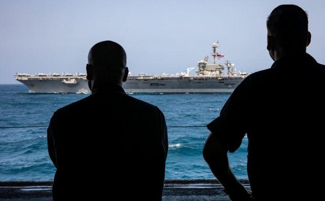 Ameriški predsednik se je pripravljen pogovarjati s Teheranom, za vsak primer pa je poslal v Perzijski zaliv še letalonosilko USS Abraham Lincoln. FOTO: Reuters
