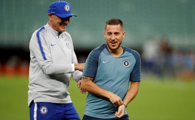 Takole sta se sproščeno pripravljala na spopad z Arsenalom Chelseajev trener Maurizio Sarri in njegov prvi zvezdnik Eden Hazard. FOTO: Reuters