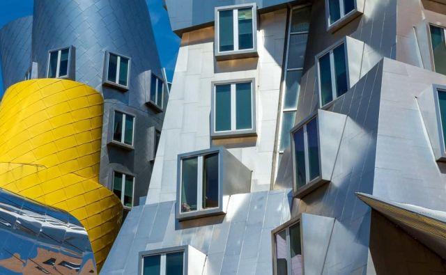 Naključna in načrtovana ekscentričnost: zgoraj je originalna zgradba 20, spodaj pa na istem mestu zgrajeni znanstveni center Stata arhitekta Franka Gehryja. Foto Mit, Shutterstock