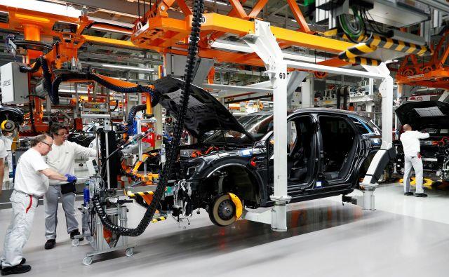 Električni avtomobil pomeni tudi, da na montažni liniji ne bo (vseh) sestavnih delov za klasični avtomobil. Na fotografji je sestavljanje Audijevega modela e-tron v tovarni v Belgiji.<br /> Foto Reuters